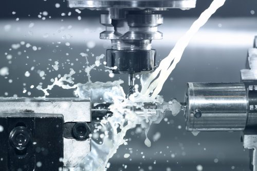 CNC milling machine with coolant stream